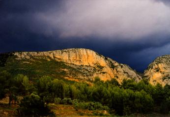 Berg bei Moustiers kurz vor dem Regen