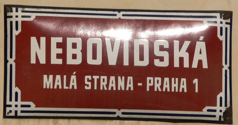 Prag Eintrag 2,So. 17:18, auf einem, von einer bronzenen in landesfarben bepinselten Fahne auf einem Platz in Mala Strana.